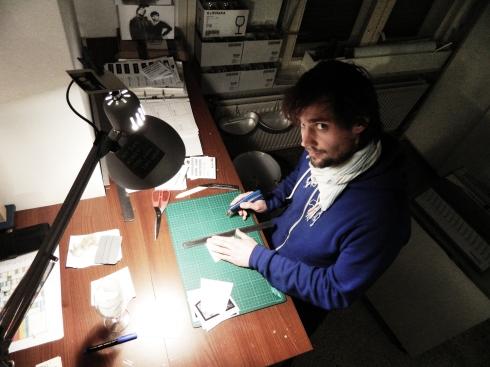 """Carlo beim Herstellen eines Lampenschirms - """"von Hand und mit viel Herz"""""""